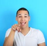 Portret van de knappe mens laughung uit luid tegen blauwe backgrou stock foto's