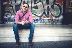Portret van de knappe mens met in hand telefoon Royalty-vrije Stock Foto
