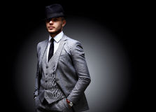 Portret van de knappe modieuze mens in elegant kostuum royalty-vrije stock foto