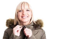 Portret van de knappe ritssluiting van het de winterjasje van de vrouwenholding Stock Afbeeldingen