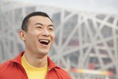 Portret van de lachende jonge mens in park, Peking, close-up stock afbeeldingen