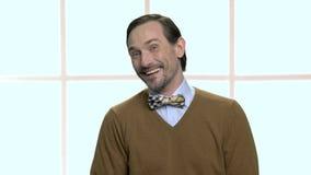 Portret van de lachende rijpe mens met baard stock video