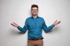 Portret van de lachende toevallige mens met zonnebril die een omhelzing geven royalty-vrije stock foto's