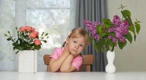 Portret van de de lente het violette bloem van een dromend meisje royalty-vrije stock afbeeldingen