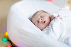 Portret van de leuke aanbiddelijke pasgeboren slaap van het babymeisje Stock Fotografie
