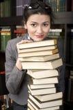 Portret van de lezingsboek van de schoonheids jong vrouw in bibliotheek Stock Afbeeldingen