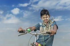 Portret van de lokale berijdende cyclus van de dorpsjongen, Yangon, Myanmar stock afbeeldingen