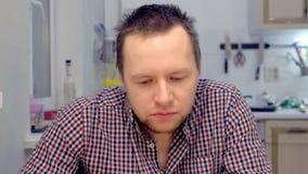Portret van de man die kruidige wasabi at Emoties op zijn gezicht stock videobeelden