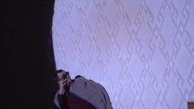 Portret van de man op de achtergrond van witte muren Portret van een modieuze mens in zonnebril stock video