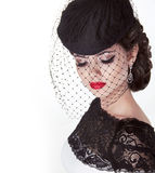 Portret van de manier het donkerbruine retro vrouw in elegante hoed met rode Li Stock Fotografie