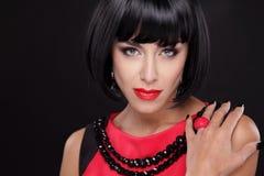 Portret van de manier het Donkerbruine Vrouw met Rode die Lippen op een blac wordt geïsoleerd Royalty-vrije Stock Afbeeldingen