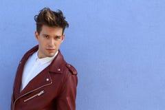 Portret van de manier het jonge modelmens Knappe kerel Vogue-stijlbeeld van de elegante jonge mens hairstyle Royalty-vrije Stock Afbeeldingen