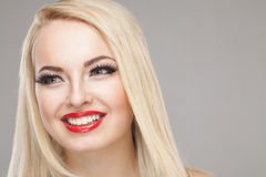 Portret van de manier het Modieuze Schoonheid van glimlachend mooi blondemeisje Stock Fotografie