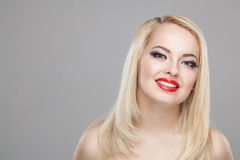 Portret van de manier het Modieuze Schoonheid van glimlachend mooi blondemeisje Royalty-vrije Stock Afbeeldingen