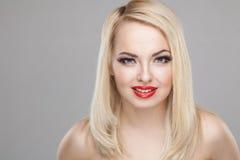 Portret van de manier het Modieuze Schoonheid van glimlachend mooi blondemeisje Royalty-vrije Stock Fotografie