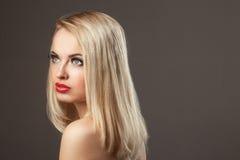 Portret van de manier het Modieuze Schoonheid van glimlachend mooi blondemeisje Stock Afbeeldingen