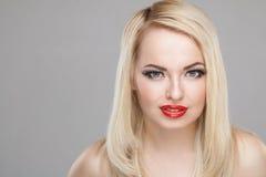 Portret van de manier het Modieuze Schoonheid van glimlachend mooi blondemeisje Stock Foto's