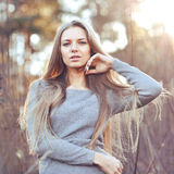 Portret van de manier het mooie vrouw in openlucht Stock Foto's