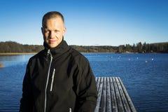 Portret van de mannelijke Kaukasische middenleeftijdsmens buiten in aard bij ijsmeer in Zweden Royalty-vrije Stock Fotografie