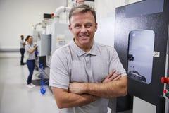 Portret van de Mannelijke Machines van IngenieursOperating CNC in Fabriek stock fotografie