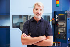 Portret van de Mannelijke Machines van IngenieursOperating CNC in Fabriek royalty-vrije stock foto