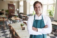 Portret van de Mannelijke Zaal van In Empty Dining van de Restaurantmanager royalty-vrije stock foto