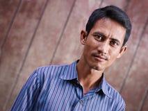 Portret van de medio volwassen Aziatische mens die camera bekijkt Royalty-vrije Stock Afbeeldingen