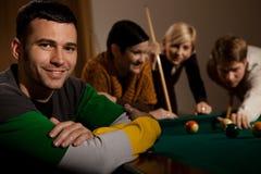 Portret van de mens bij snookerlijst Royalty-vrije Stock Afbeeldingen