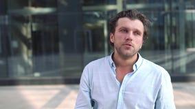 Portret van de mens die frustratie en vermoeidheid uitdrukken stock videobeelden