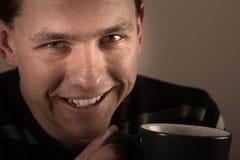 Portret van de mens die hete drank drinkt Royalty-vrije Stock Afbeeldingen