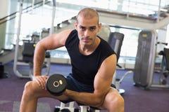 Portret van de mens die met domoor in gymnastiek uitoefenen Stock Fotografie