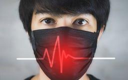 Portret van de mens die verontreinigingspreventie of griepmasker met gevaar dragen stock foto's