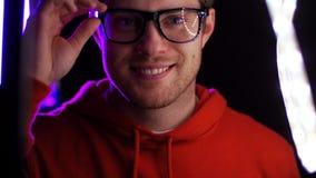 Portret van de mens in glazen over neonlichten stock videobeelden
