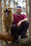 Portret van de mens met een hond Stock Foto