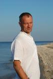 Portret van de mens op een strand Royalty-vrije Stock Afbeelding