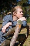 Portret van de mens op houten bank Royalty-vrije Stock Afbeeldingen
