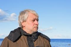 Portret van de mens op middelbare leeftijd bij het overzees. royalty-vrije stock afbeelding