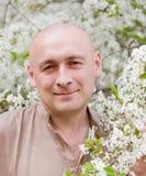 Portret van de mens in tuin Royalty-vrije Stock Afbeelding