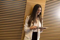 Portret van de moderne tablet van de bedrijfsvrouwenholding in haar handen Royalty-vrije Stock Foto's