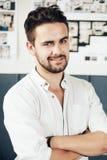 Portret van de modieuze knappe jonge die mens op witte achtergrond wordt geïsoleerd Stock Fotografie