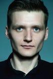 Portret van de modieuze knappe mens in een zwart overhemd die ov stellen Stock Afbeelding