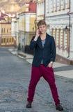 Portret van de modieuze modieuze jonge mens die op de straat lopen Stock Afbeeldingen