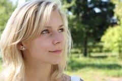 Portret van de mooie blonde. stock afbeelding