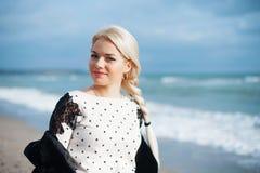 Portret van de mooie blondevrouw bij zonnig stock fotografie