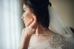 Portret van de mooie bruid in de witte kleding in hotelruimte royalty-vrije stock foto