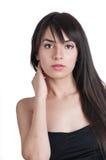 Portret van de mooie brunette in zwarte dres Stock Foto's