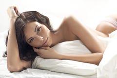 Portret van de mooie getaande vrouw Stock Afbeelding