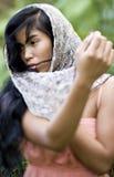 Portret van de mooie jonge Vreedzame vrouw van de Eilandbewoner royalty-vrije stock afbeelding