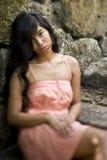 Portret van de mooie jonge Vreedzame vrouw van de Eilandbewoner stock afbeelding