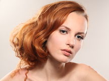 Portret van de mooie jonge vrouw Stock Fotografie